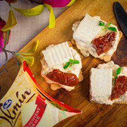 Jogurtová pomazánka se sušenými rajčaty na křupavém chlebu knäckebrot - recept