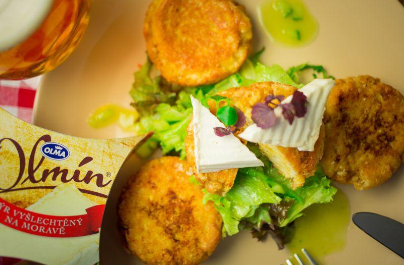 Salátek s placičkami a okurkovým dresinkem - recept
