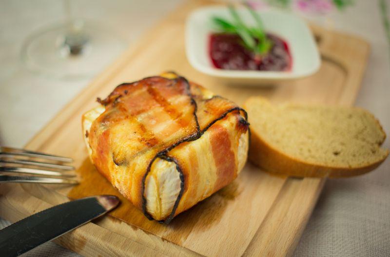 Sýr Olmín ve slaninovém kabátku přímo na grill - recept