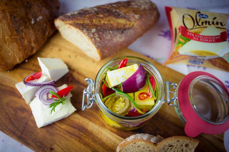 Tradiční nakládaný sýr Olmín s cibulí a feferonkou - recept